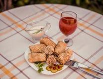 Smakowici bliny z mięsem na bielu matrycują zbliżenie Obrazy Royalty Free
