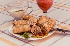 Smakowici bliny z mięsem na bielu matrycują zbliżenie Zdjęcie Stock