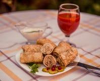 Smakowici bliny z mięsem na bielu matrycują zbliżenie Obraz Royalty Free
