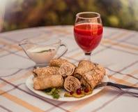 Smakowici bliny z mięsem na bielu matrycują zbliżenie Zdjęcia Royalty Free