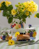 Smakowici bliny z miodem i czarnymi jagodami na wierzchołku wraz z f zdjęcia royalty free