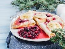 Smakowici bliny z syropem i cranberries bananowym, klonowym, Zdjęcia Stock
