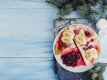 Smakowici bliny z syropem i cranberries bananowym, klonowym, Fotografia Stock