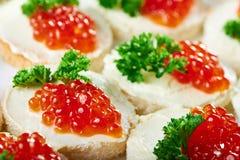 Smakowici canapees z masłem i czerwień kawiorem Obraz Stock