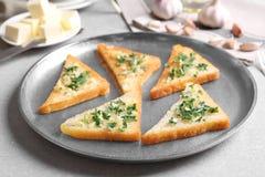 Smakowici chlebów plasterki z czosnkiem i ziele Zdjęcia Royalty Free