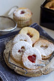 Smakowici ciastka dzwonili ` Linzer augen ` - słodki prezent Zdjęcie Royalty Free