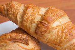 Smakowici croissants na drewnianym tle Zdjęcia Royalty Free