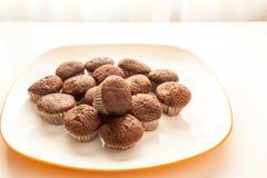 Smakowici czekoladowi muffins w białym talerzu Zdjęcie Royalty Free