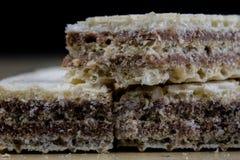 Smakowici czekoladowi opłatki Słodcy deserowi ciastka na drewnianym kitche fotografia stock