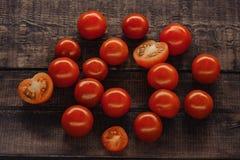smakowici czere?niowi pomidory na drewnianym stojaku, drewniany t?o obrazy stock