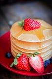 Smakowici domowej roboty bliny z truskawkami, czarnymi jagodami i klonem, Zdjęcia Royalty Free