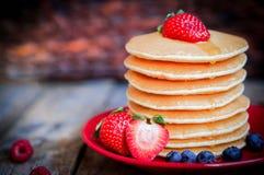 Smakowici domowej roboty bliny z truskawkami, czarnymi jagodami i klonem, Fotografia Royalty Free