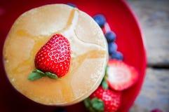 Smakowici domowej roboty bliny z truskawkami, czarnymi jagodami i klonem, Obraz Stock