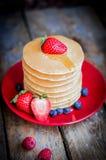 Smakowici domowej roboty bliny z truskawkami, czarnymi jagodami i klonem, Obrazy Royalty Free