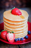Smakowici domowej roboty bliny z truskawkami, czarnymi jagodami i klonem, Fotografia Stock
