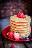 Smakowici domowej roboty bliny z truskawkami, czarnymi jagodami i klonem, Obraz Royalty Free