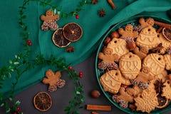 Smakowici domowej roboty Bożenarodzeniowi ciastka w zielenieją talerza obraz royalty free