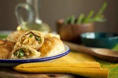 Smakowici domowej roboty piec ptysiowego ciasta kulebiaki faszerujący z kurczakiem, serem i pieprzem na zielonym tle w górę, jeść zdjęcia royalty free