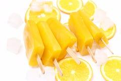 Smakowici Domowej roboty Popsicles z soku pomarańczowego lodu Owocowymi Lollies na kija kostka lodu Odgórnego widoku mieszkania L obraz royalty free