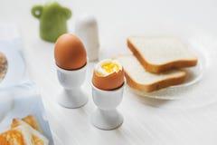 Smakowici gotowani jajka dla śniadania na białym stole Zdjęcie Stock