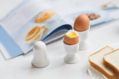 Smakowici gotowani jajka dla śniadania na białym stole Zdjęcia Stock
