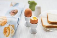 Smakowici gotowani jajka dla śniadania na białym stole Zdjęcie Royalty Free