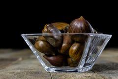 Smakowici jadalni kasztany na drewnianym kuchennym stole Kasztany w t Zdjęcie Stock