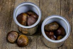 Smakowici jadalni kasztany na drewnianym kuchennym stole Kasztany w t Fotografia Stock