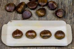 Smakowici jadalni kasztany na drewnianym kuchennym stole Kasztany w t Zdjęcie Royalty Free