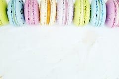 Smakowici kolorowi macaroons w marmurowym tle Tekst przestrzeń Samotny marznący drzewo Zdjęcia Royalty Free
