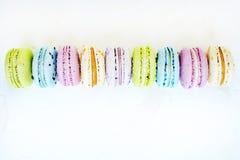 Smakowici kolorowi macaroons w marmurowym tle Tekst przestrzeń Samotny marznący drzewo Zdjęcie Stock