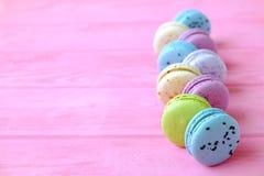 Smakowici kolorowi macaroons w różowym tle Tekst przestrzeń Samotny marznący drzewo Zdjęcia Royalty Free
