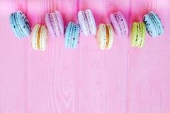 Smakowici kolorowi macaroons w różowym tle Tekst przestrzeń Samotny marznący drzewo Zdjęcia Stock