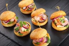 Smakowici mali hamburgery z owoce morza sałatką Zdjęcia Stock