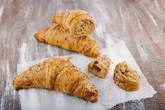 Smakowici masłowaci croissants na bacground od wholemeal mąki Obrazy Stock