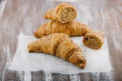 Smakowici masłowaci croissants na bacground od wholemeal mąki Zdjęcia Royalty Free