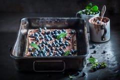 Smakowici opłatki z świeżymi czarnymi jagodami i czekoladą fotografia stock