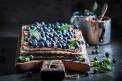 Smakowici opłatki z czekoladową śmietanką i czarnymi jagodami zdjęcie royalty free