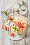 Smakowici opłatki z sproszkowanym cukierem i owoc obrazy stock