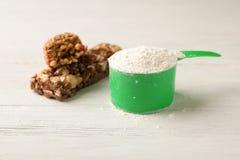 Smakowici proteina bary i miarka proszek zdjęcie stock