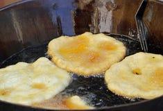 Smakowici Smażący Jabłczani fritters w kotle gotowanie oliwią na sal Obrazy Royalty Free