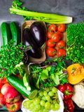 Smakowici warzywa i owoc, Zdrowy karmowy czysty łasowanie wybór: owoc, warzywo, superfood greenery liścia tło fotografia stock