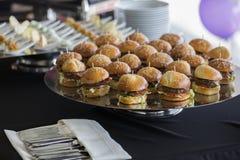 Smakowici wołowina hamburgery z sałatą i pomidorem Obrazy Royalty Free