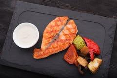 Smakowita łososiowego stku ryba z piec na grillu warzywami Zdjęcia Stock