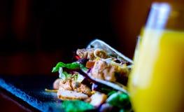 Smakowita świeża opakunek kanapka z mięsem, warzywami i serem, delikatesy obrazy stock
