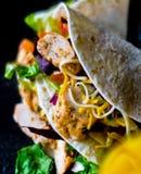 Smakowita świeża opakunek kanapka z mięsem, warzywami i serem, delikatesy Zdjęcia Stock