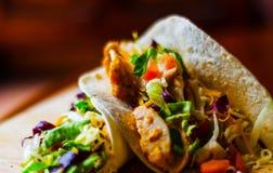 Smakowita świeża opakunek kanapka z mięsem, warzywami i serem, delikatesy Fotografia Stock