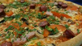 Smakowita świeża pizza z Bawarskimi kiełbasami, pieczarki, bekon, pomidory, zielenieje Zamknięty widok zdjęcie wideo