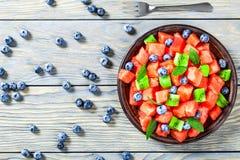 Smakowita arbuz sałatka z kiwi owoc, czarne jagody, odgórny widok, h Obrazy Stock