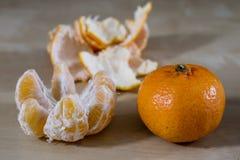 Smakowita dojrzała obrana mandarynka na drewnianym stole Tangerine w kawałku fotografia stock